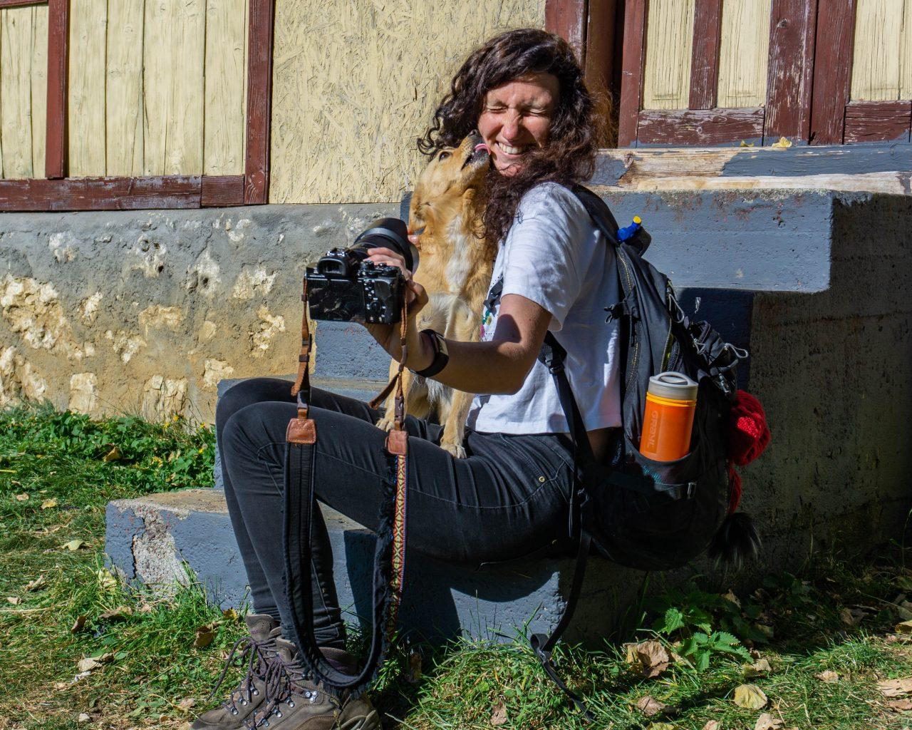 Hond-geeft-kusje-Jessica-Transsylvanië