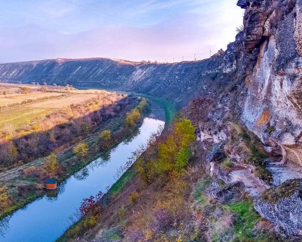 Uitzicht-vanaf-grotklooster-over-rivier