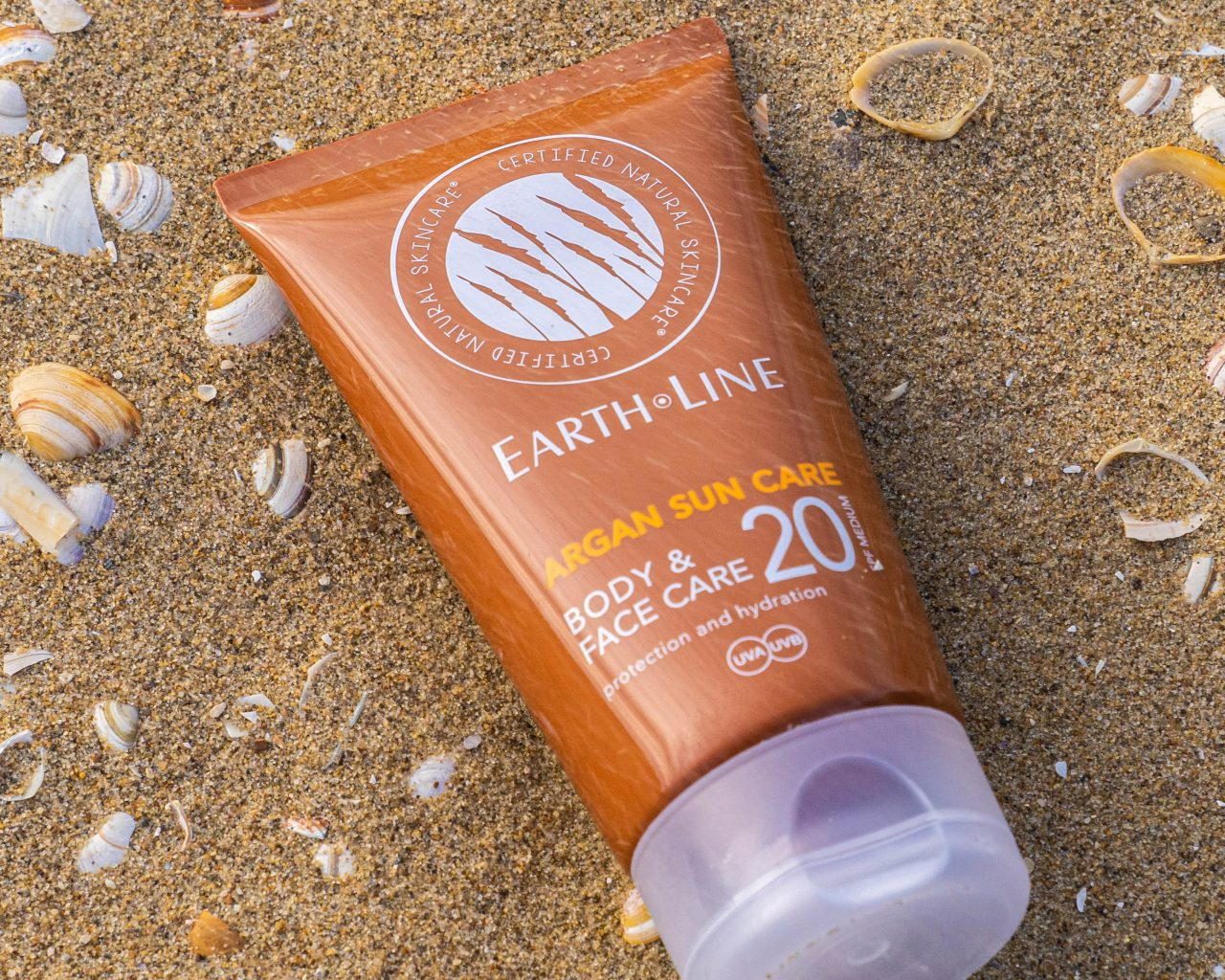 Earth-Line-Body-SPF-20-zonnebrand-op-strand