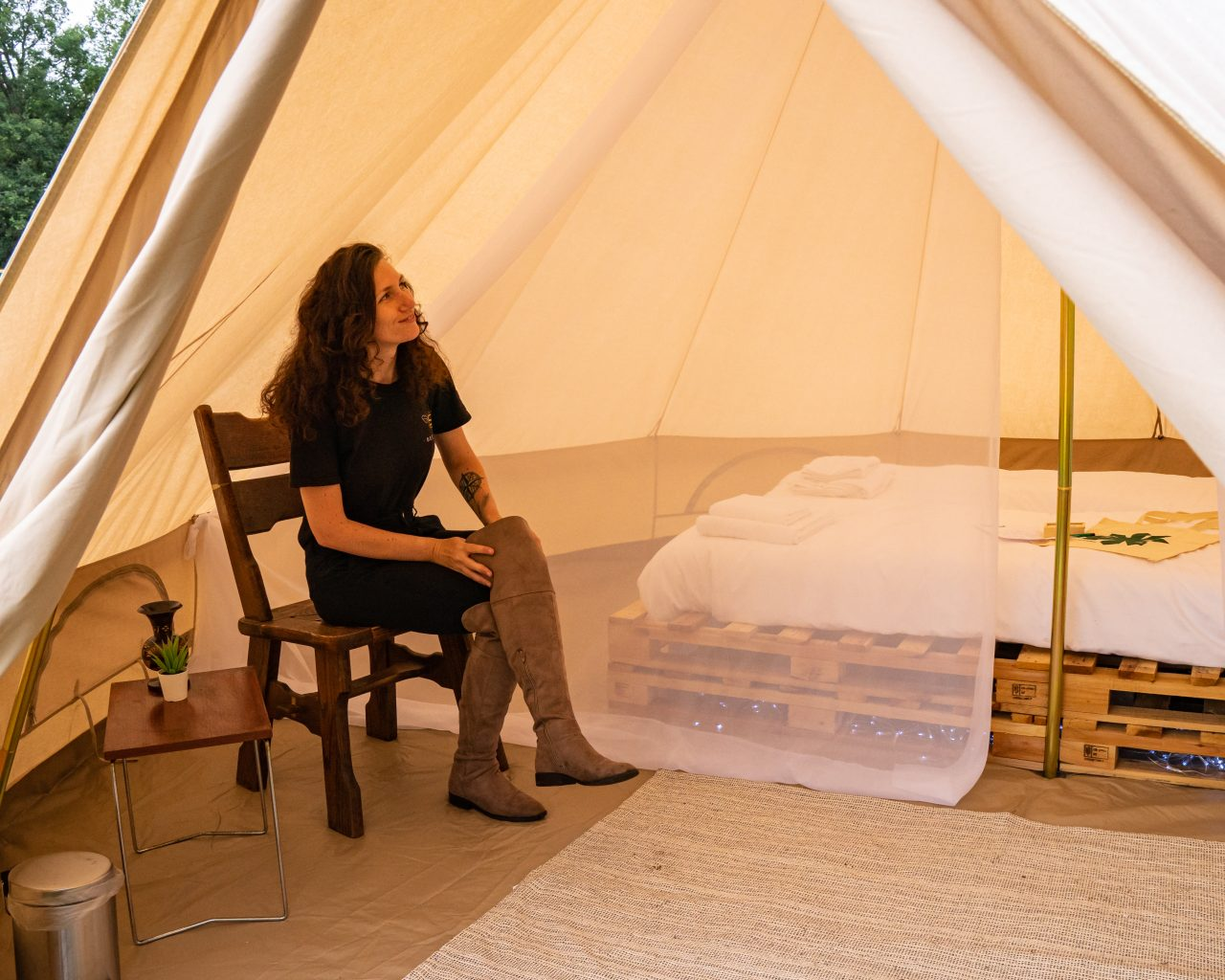 Jessica-zittend-in-tent-East-Nomads-camping