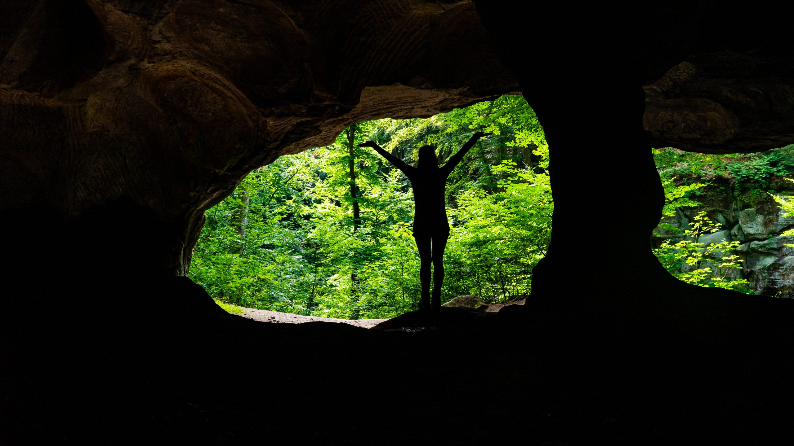 Jessica-silhouet-in-Hohllay-Cave-Luxemburg