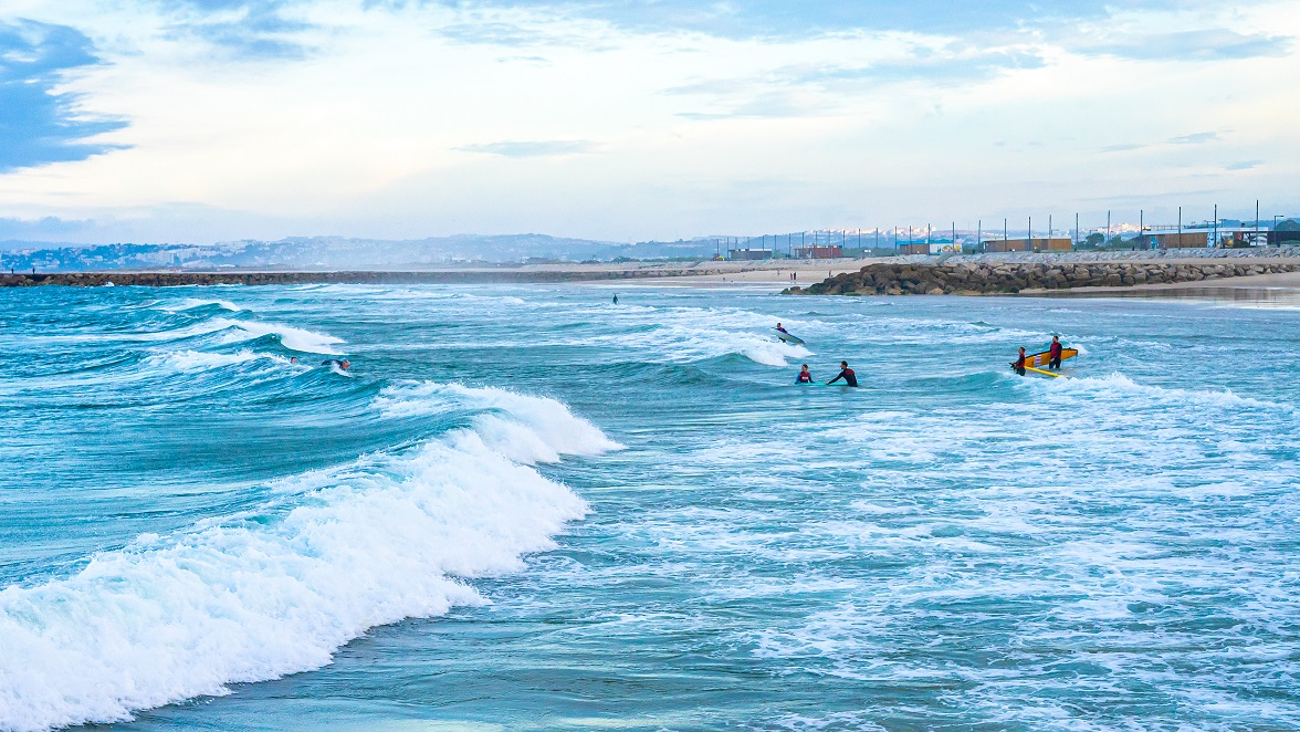 Surfers-in-het-water-costa-da-caparica